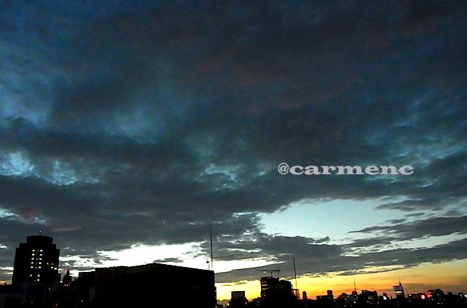 夕焼けと黒い雲